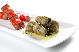 Sausage skewers with artichoke hearts, parsley and garlic